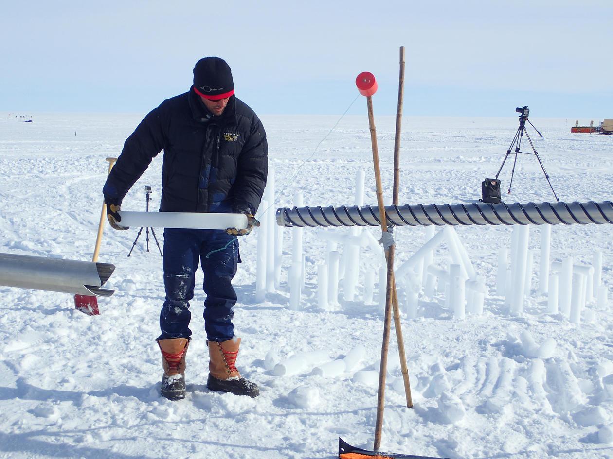 Ice core drilling on top of the Greenland ice sheet. Foto: Kerim Nisancioglu