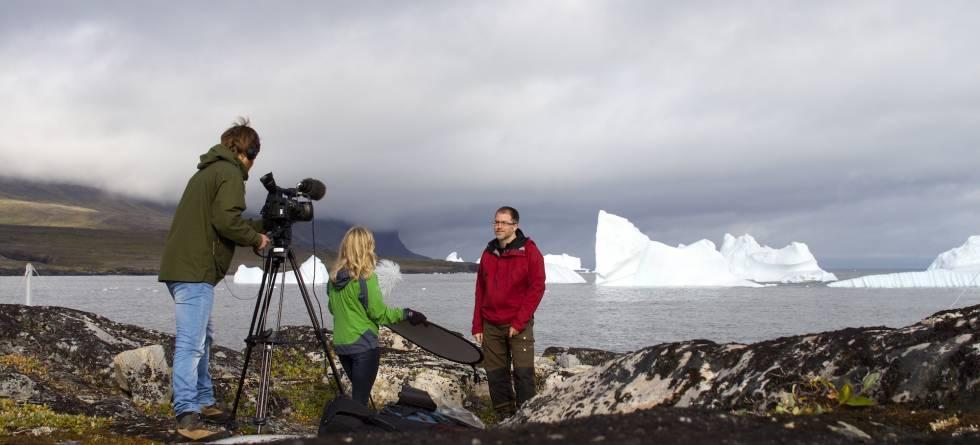 b57e83d7 Fra opptak på Grønland i forbindelse med sommerskolen i klimadynamikk  (ACDC). I bildet: Frode Ims fra venstre: Iselin Medhaug og Kerim  Nisancioglu.